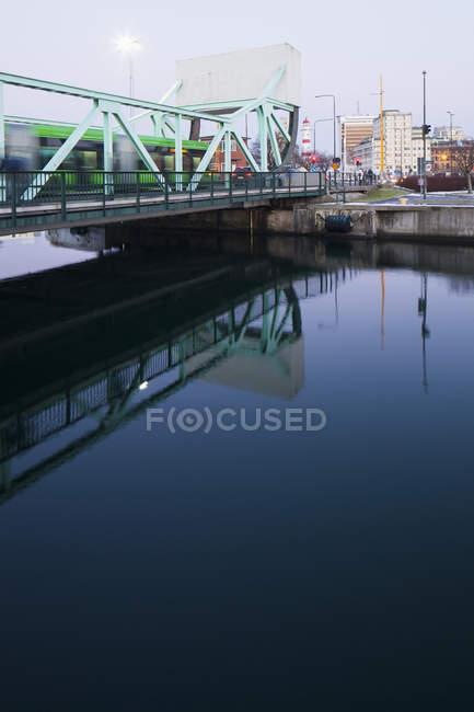 Trainieren Sie auf Eisenbahnbrücke, Bewegungsunschärfe — Stockfoto