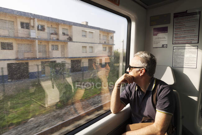 Homme regardant fenêtre, mise au point sélective du train — Photo de stock