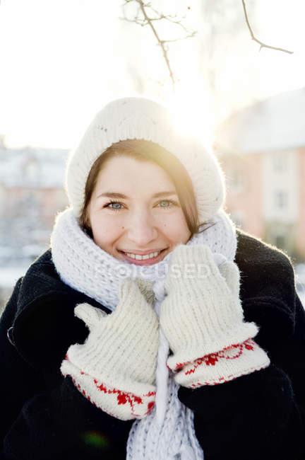 Портрет молодої жінки носять в'язати, шапочка та рукавиці — стокове фото