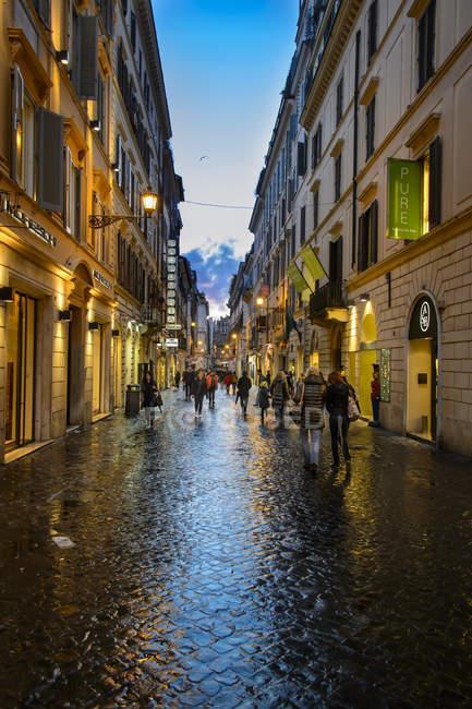 Вид на Via Frattina в Римі в сутінках — стокове фото