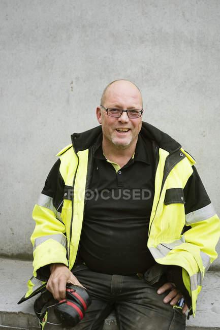 Portrait en plein air du travailleur de la construction en vêtements réfléchissants — Photo de stock