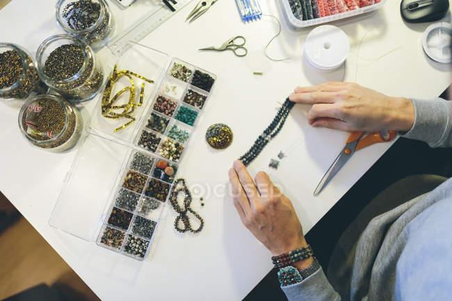 Hochwinkel-Ansicht von Menschen, die Perlen Schmuck — Stockfoto