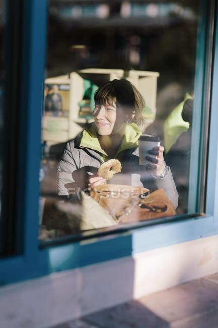 Frau in Café sehen durch Fenster, differenzielle Fokus — Stockfoto