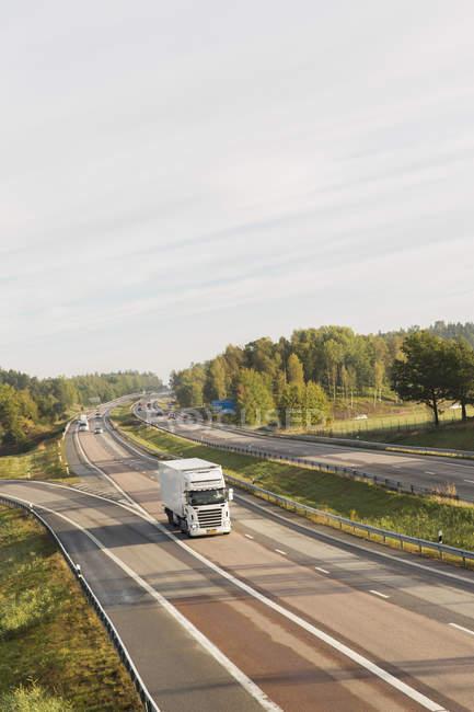 Vista de alto ângulo de semi caminhão na estrada — Fotografia de Stock