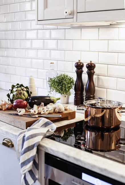 Verduras en el mostrador de la cocina - foto de stock