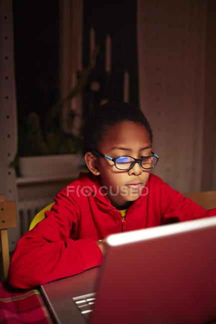 Garçon utilisant un ordinateur portable, mise au point sélective — Photo de stock