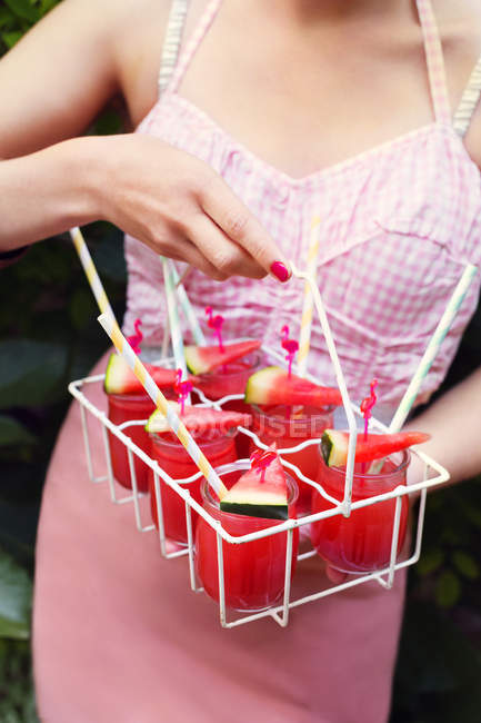 Mulher segurando o caso com bebidas, foco diferencial — Fotografia de Stock