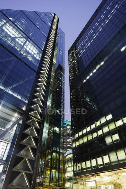 Vista de ángulo bajo de edificio de Leadenhall iluminada - foto de stock