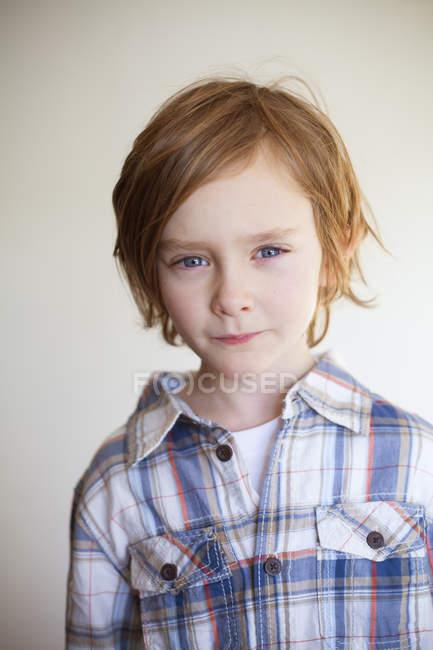 Retrato do menino olhando para a câmera, foco seletivo — Fotografia de Stock