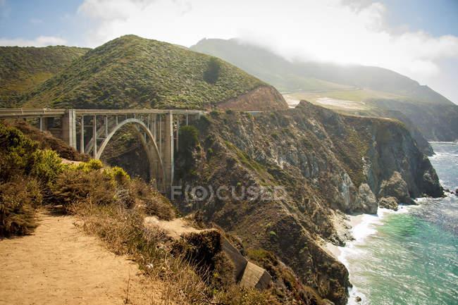 Vista elevada del puente de Cabrillio y acantilados costeros en California - foto de stock