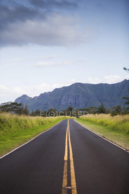 Rural road under storm clouds in Hawaii — Stock Photo