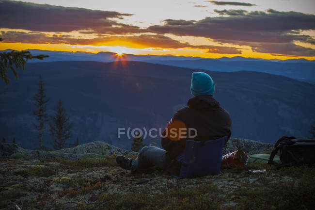 Rear view of man looking at sunset — Stock Photo