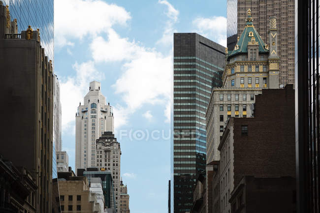 Вид на сучасному хмарочосі будівель в Манхеттен — стокове фото