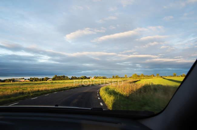 Landschaftlich reizvolle Aussicht auf die Straße unter bewölktem Himmel — Stockfoto