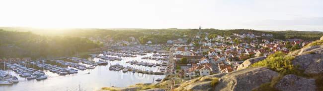 Vue panoramique des bateaux près de la jetée de la mer en été — Photo de stock