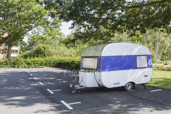 Reboque branco na estrada perto de árvores, foco seletivo — Fotografia de Stock