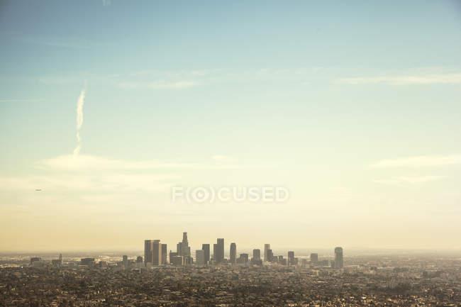Живописный вид на город под голубым небом — стоковое фото