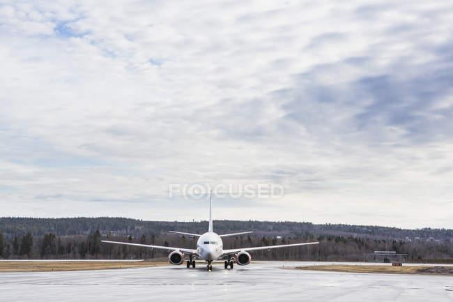 Самолеты в аэропорту против голубого неба с облаками — стоковое фото