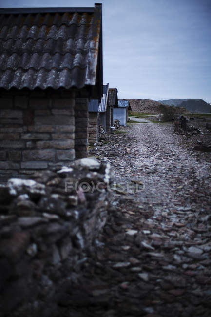 Strada nel villaggio in autunno, attenzione differenziale — Foto stock