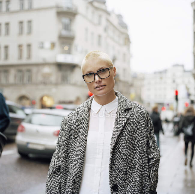 Portrait of mid adult woman in city — Stock Photo