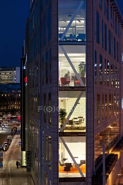 Außenseite des modernen Gebäudes in der Dämmerung — Stockfoto