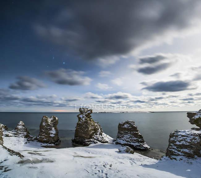 Felsformationen im Schnee an Küste, Scandinavia — Stockfoto