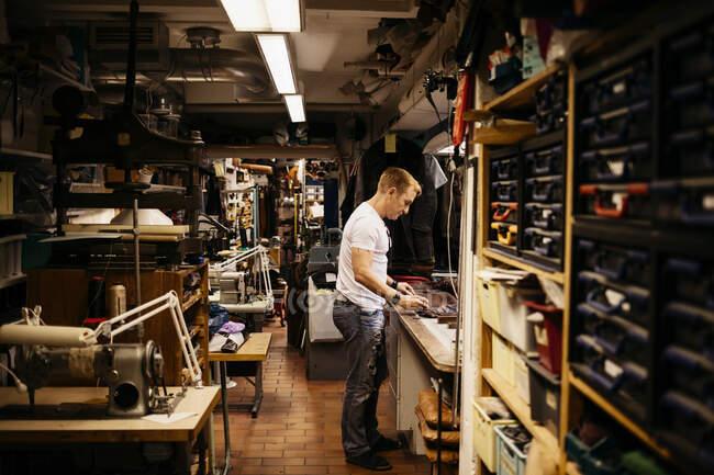 Мужчина работает в кожевенной мастерской — стоковое фото