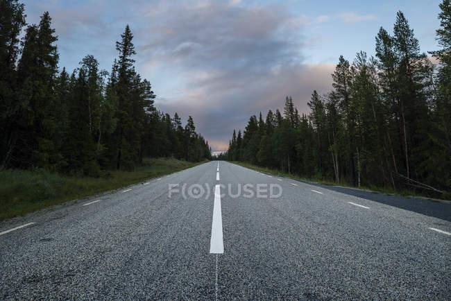 Estrada vazia, ao entardecer, no norte da Europa — Fotografia de Stock