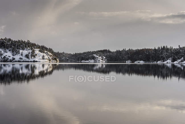 Scenic view of snowy lake, Skarpnack — Stock Photo