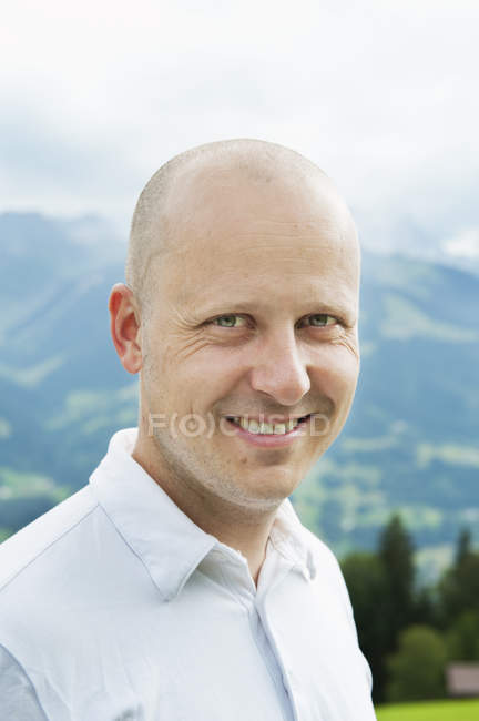 Retrato de homem adulto médio careca, foco em primeiro plano — Fotografia de Stock