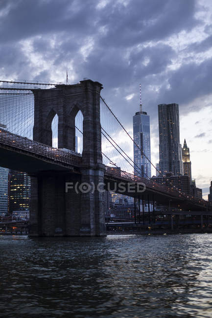Die Skyline der Innenstadt von New York City mit Brooklyn Bridge — Stockfoto