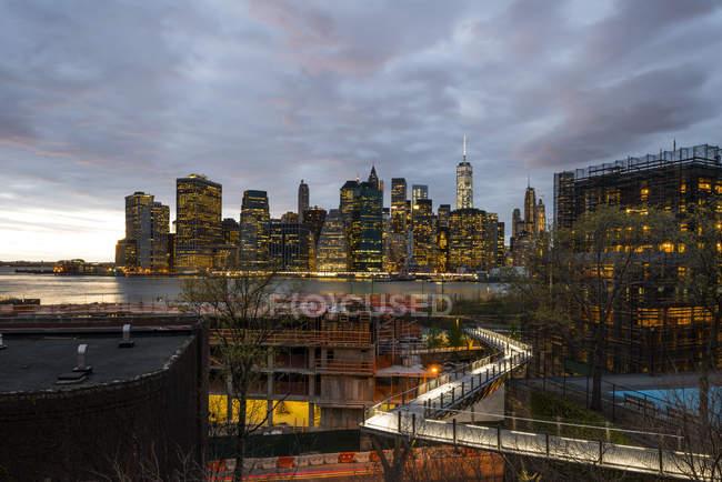 Освещённые небоскребы в Нью-Йорке на закате — стоковое фото