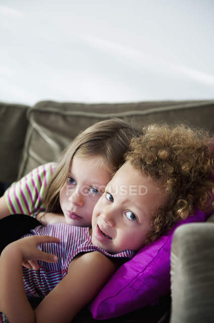 Zwei Mädchen auf Sofa liegend, selektiver Fokus — Stockfoto