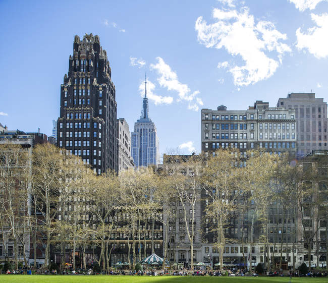 Bryant Park in New York City with skyscrapers in background — Stock Photo