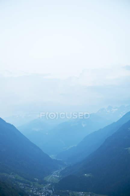 Paisaje con valle en Alpes, destinos de viaje - foto de stock