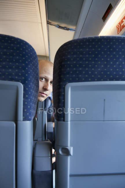 Mitte erwachsenen Mannes auf Zug, differenzielle Fokus — Stockfoto