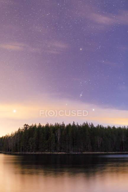 Мальовничий вид на захід сонця над озера, вибіркове фокус — стокове фото