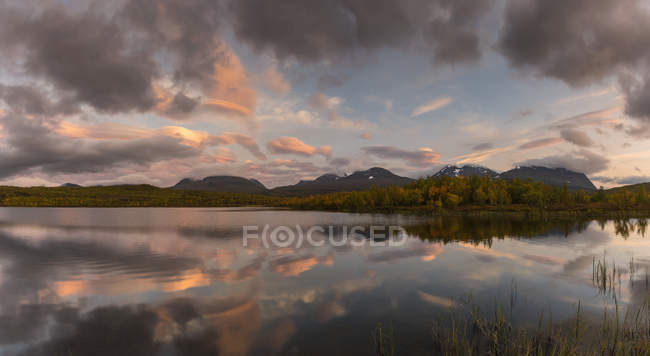 Lake during sunset in Abisko, Sweden — Stock Photo