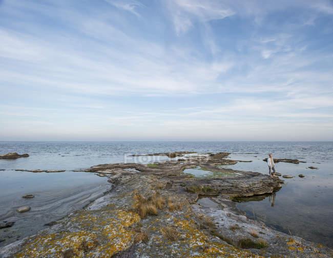 Скальные образования на побережье — стоковое фото