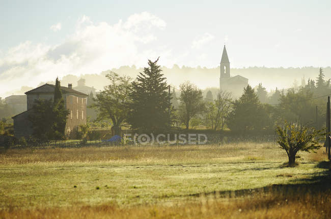 Scenic view of rural town in Vaucluse, France — Stock Photo