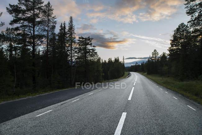 Vista panorâmica da estrada vazia ao entardecer — Fotografia de Stock