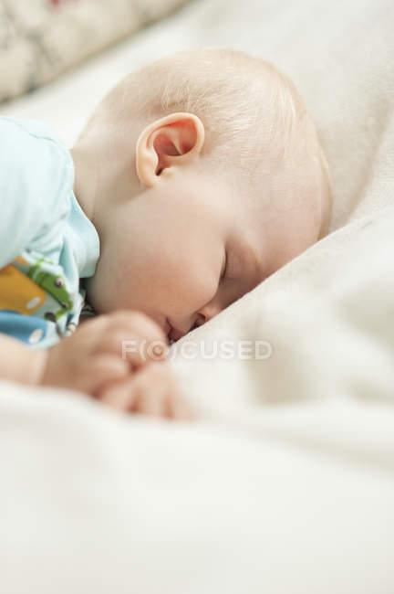 Портрет дитини дівчина спальні, вибіркове фокус — стокове фото