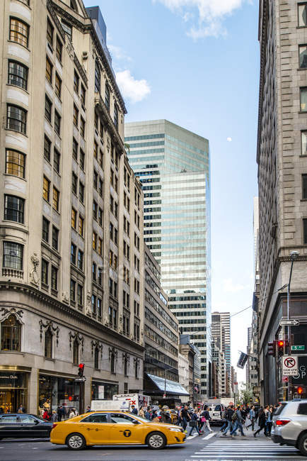 Street and skyscrapers in New York City — Stock Photo
