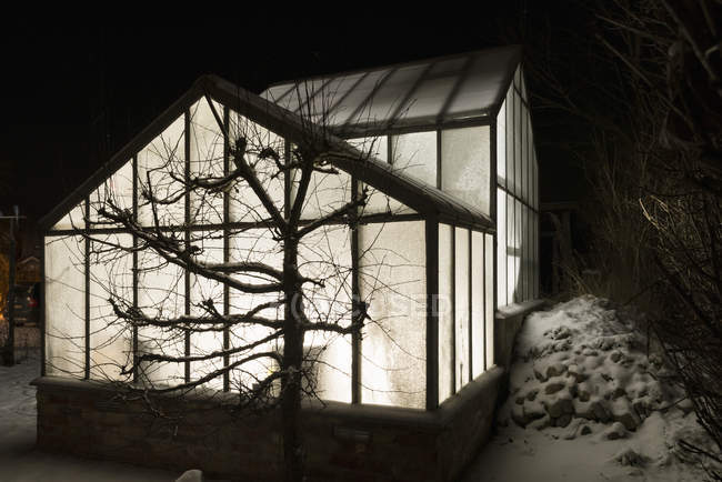 Außenseite des beleuchteten Gewächshaus in der Nacht, Nordeuropa — Stockfoto