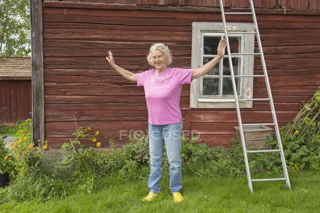 Portrait de femme senior devant chalet — Photo de stock