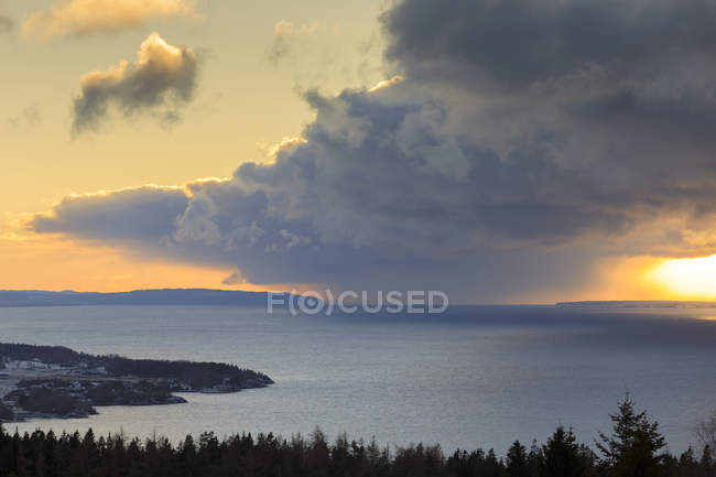 Vue panoramique de nuages au-dessus de lac de Omberg, Suède — Photo de stock