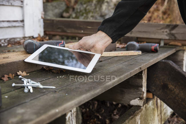 Man holding digital tablet, differential focus — стоковое фото