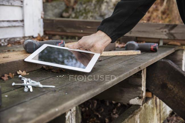 Homem segurando o tablet digital, foco diferencial — Fotografia de Stock