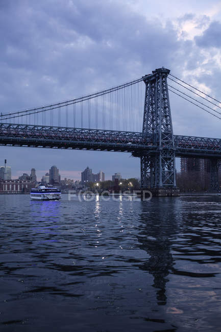 Williamsburg Bridge in New York City, urban scene — Stock Photo