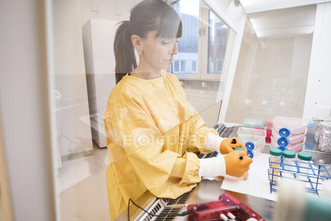 Mid adult woman scientist working in lab — Stock Photo